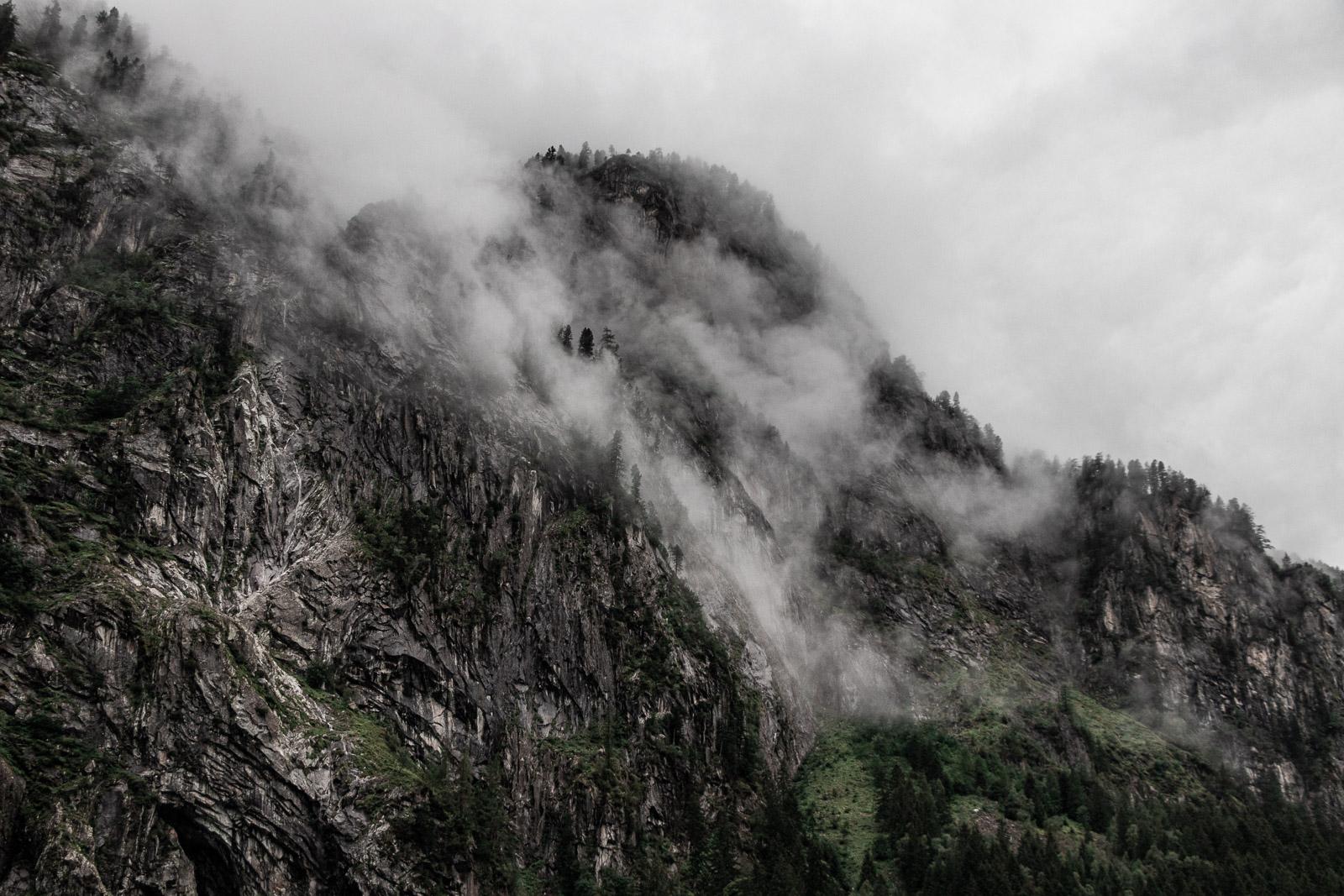Berg mit Bäumen und Nebel am Stillup Stausee